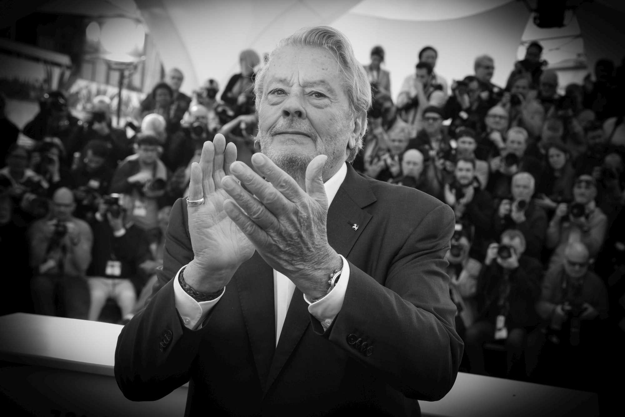 Alain Delon premiato a Cannes con la Palma d'oro