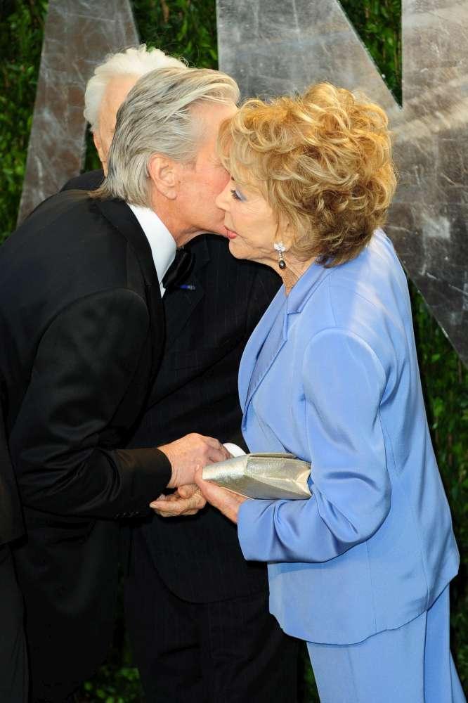 Kirk Douglas, 102 anni, festeggia i 100 anni della moglie Anne Buydens: sono la coppia più longeva di Hollywood