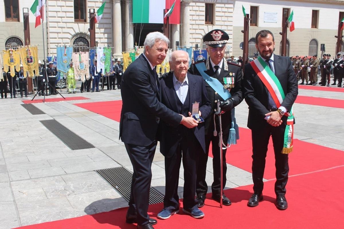 Due Giugno, a Potenza medaglia d'onore per il maestro 97enne tra gli ultimi dei militari sopravvissuti ai lager nazisti