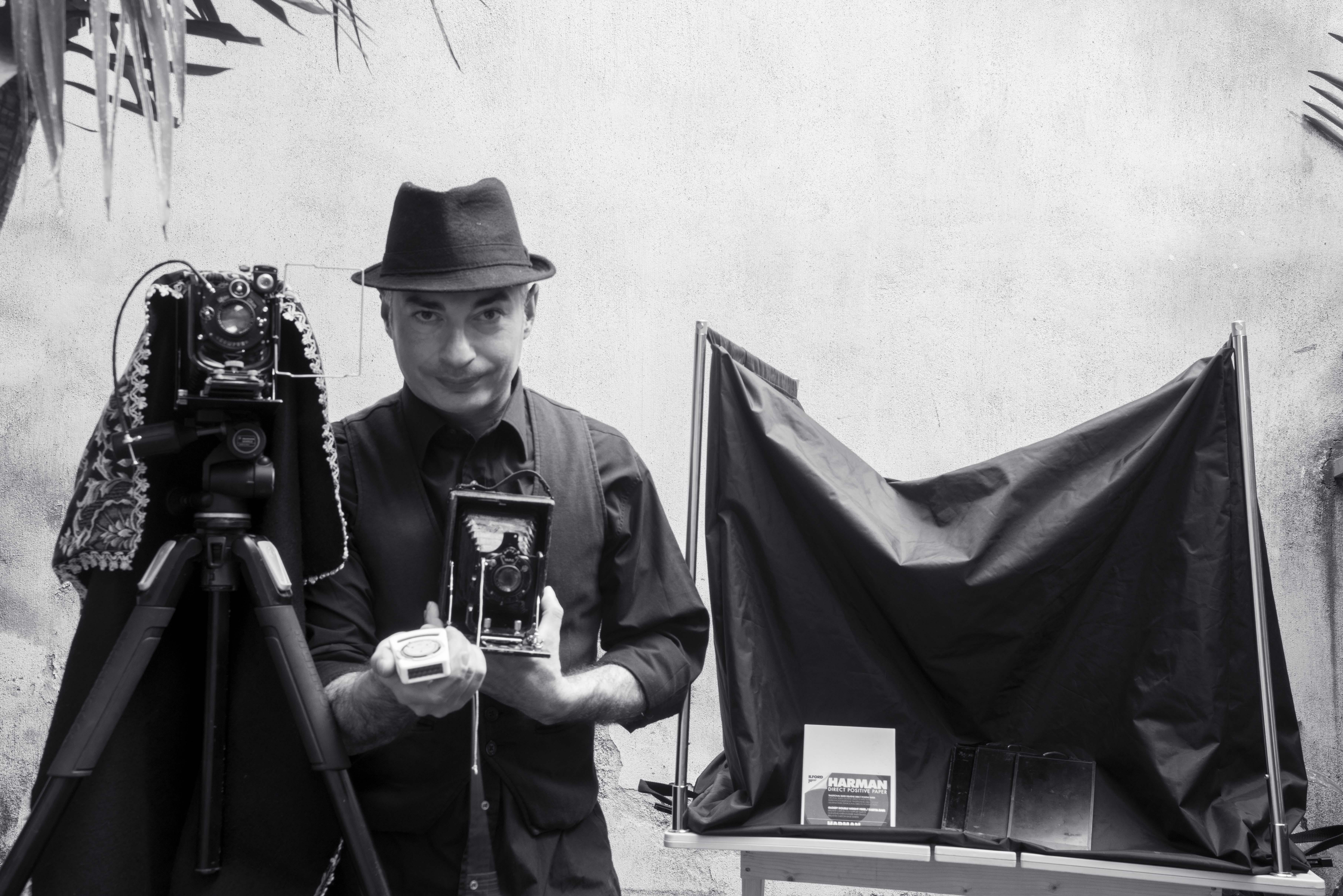 In Sicilia l'ultimo fotografo armato di camera oscura e solventi