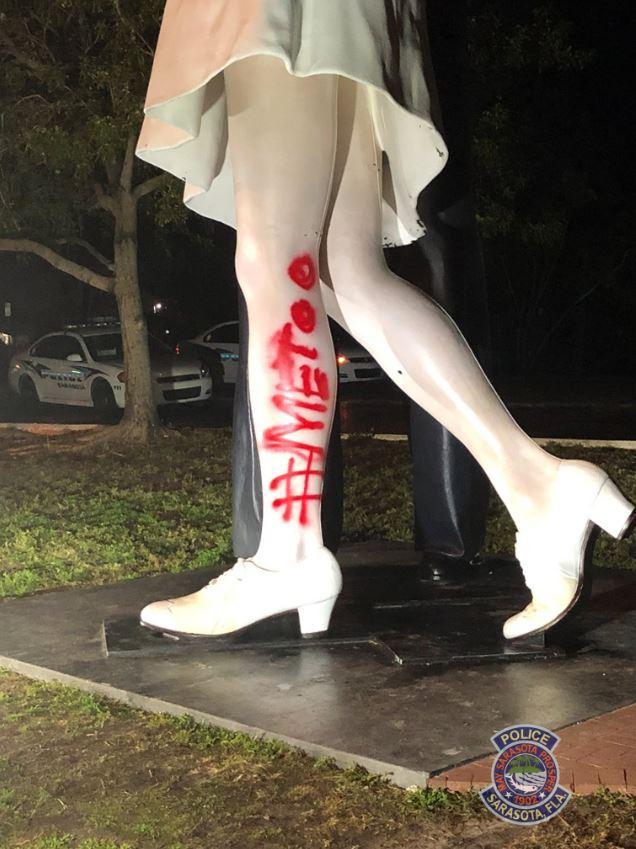 Usa, vandalizzata la statua del bacio a Times Square dopo la morte di George Mendonsa