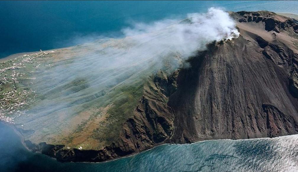 Stromboli, violente esplosioni dal cratere: morto un escursionista