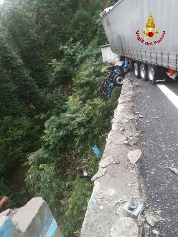 Camion sfonda il guardrail e resta in bilico nel vuoto su un viadotto dell'A6