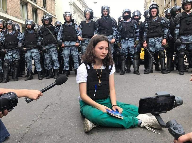 Ha 17 anni la nuova paladina anti-Putin: ecco la foto mentre legge la Costituzione ai poliziotti
