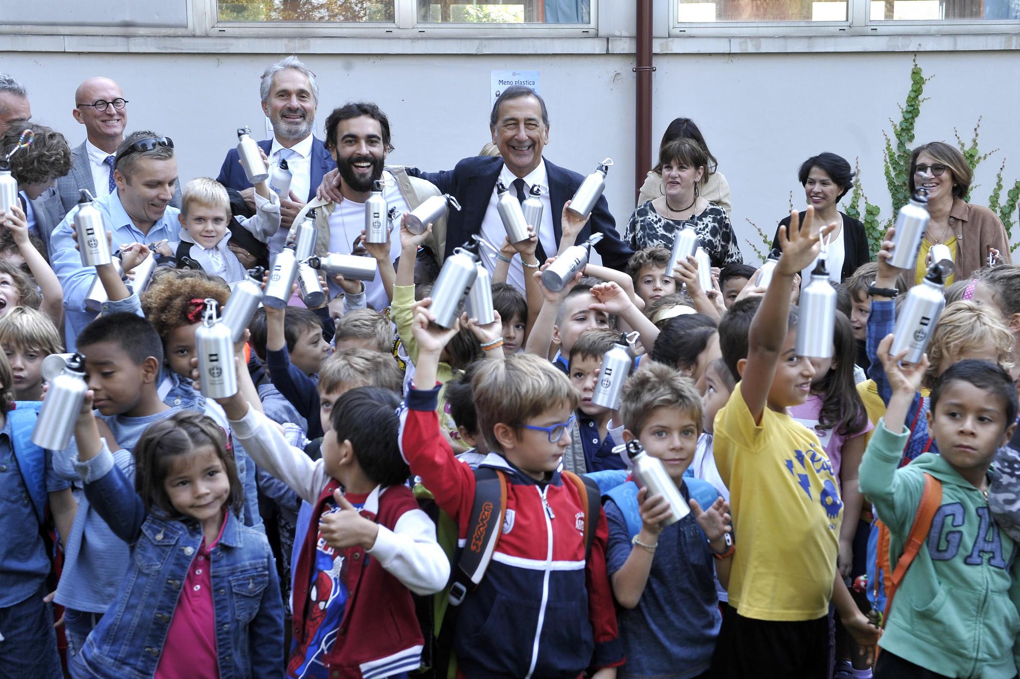 Milano, il ritorno a scuola è senza plastica: Marco Mengoni e il sindaco Sala distribuiscono le borracce