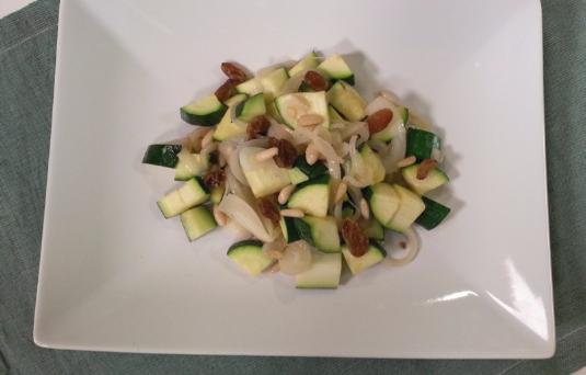 Zucchine spadellate con uvetta e pinoli