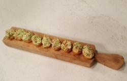 Crostini con zucchine, pomodoro secco e robiolina