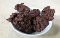 Dolcetti con cioccolato, mandorle e frutta secca.